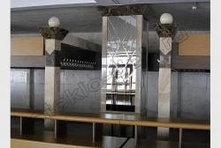 Zerkala s facetom na kolonne obshhestvennogo zdanija (1)