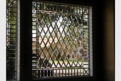Okno v vide panno iz stekljannyh plitok s facetom