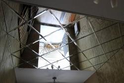 Potolok iz zerkal'noj plitki s facetom (2)