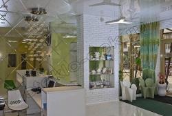 Dekorirovanie sten salona krasoty zerkalami s facetom