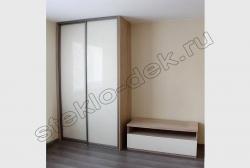 Krashenoe steklo LAKOBEL'' 1013 zhemchuzhno-belyj v razdvizhnyh dverjah shkafa-kupe (2)