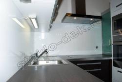 Krashenoe steklo LAKOBEL'' 9003 ul'tra-belyj na fartuke kuhni (1)