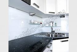 Krashenoe steklo LAKOBEL'' 9003 ul'tra-belyj na fartuke kuhni (5)