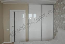 Krashenoe steklo LAKOBEL'' 9003 ul'tra-belyj v razdvizhnyh dverjah shkafa-kupe (1)