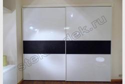 Krashenoe steklo LAKOBEL'' 9003 ul'tra-belyj v razdvizhnyh dverjah shkafa-kupe (2)