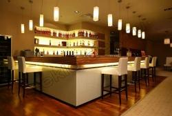 Primenenie stekla LAKOBEL'' 9003 ul'tra-belyj dlja otdelki barnoj stojki restorana