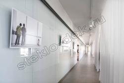 Primenenie stekla LAKOBEL'' 9003 ul'tra-belyj dlja otdelki sten pomeshhenija (4)