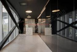 Krashenoe steklo LAKOBEL'' 9005 chernyj v inter'ere (1)