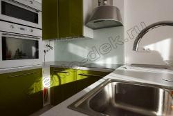 Krashenoe steklo LAKOBEL'' 9010 belyj na fartuke kuhni (6)