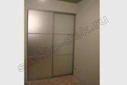 Razdvizhnye dveri vstroennogo shkafa-kupe s matirovannym zerkalom (3)