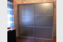 Shkaf-kupe s dekorativnym matovym zerkalom (1)
