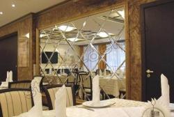Dekorativnoe panno iz zerkal'noj plitki s facetom v inter'ere restorana