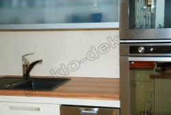 Krashenoe steklo LAKOBEL'' 1015 bezhevyj na fartuke kuhni (3)
